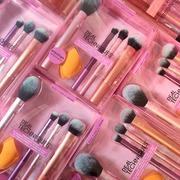 Το techniques essentials set έχει τα απαραίτητα πινέλα για τη συλλογή σου. 4 Πινέλα + 1 σφουγγαράκι για κάθε look. Αυτό το σετ θα καλύψει κάθε σας ανάγκη.  • Foundation • Ρουζ • Bronzer • Highlighter • Concealer • Σκιές Real Techniques Everyday Essentials Brush Set  . . . #sis_beauty #sis_style #sisstylegr #realtechniques #realtechniquesbrushes #RealTechniques